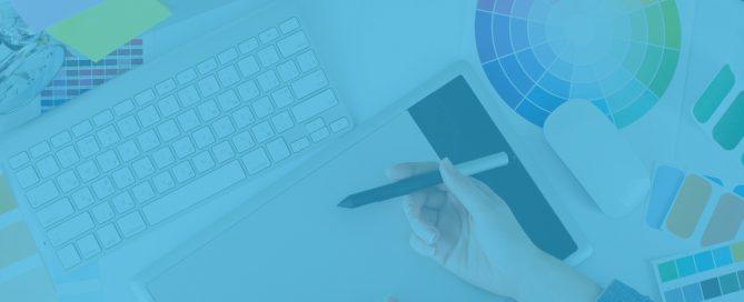 Schreibtisch mit Design Element Umbrellaz Design Agentur blau gefärbt